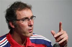 <p>Técnico da seleção francesa, Laurent Blanc, fala com a imprensa em Oslo. Blanc disse nesta segunda-feira que é hora de voltar as atenções ao futebol. 10/08/2010 REUTERS/Vincent Kessler</p>