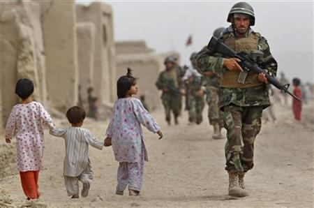 Afghan Army troops conduct a joint patrol with soldiers from the Canadian Army's 1st Battalion, The Royal Canadian Regiment Battle Group, through the village of Bazaar e Panjwaii, in the Panjwaii district of Kandahar province August 10, 2010. REUTERS/Bob Strong