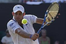 <p>Andy Roddick of the U.S. hits a return to Taiwan's Lu Yen-hsun at the 2010 Wimbledon tennis championships in London, June 28, 2010. REUTERS/Phil Noble</p>