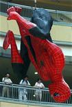 <p>Foto de archivo de una estatua del personaje Spiderman colgado en una tienda minorista de Shangái, China, jul 16 2004. El tan esperado musical de Spider-Man, con melodías de los miembros de U2 Bono y The Edge, será estrenado en Broadway en diciembre, dijeron el martes los productores del evento, que se ha visto complicado por problemas económicos. REUTERS/Claro Cortes IV</p>