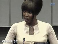 """<p>Captura de pantalla de un video donde aparece la supermodelo británica Naomi Campbell dando su declaración frente al Tribunal de Crímenes de Guerra de La Haya en Holanda, ago 5 2010. Campbell dijo el martes que no tiene nada que ganar al mentir en su testimonio sobre un presunto regalo de """"diamantes de sangre"""" que había recibido y añadió que las insinuaciones acerca de que no se preocupaba del sufrimiento en Africa eran dolorosas. REUTERS/Special Court for Sierra Leone</p>"""