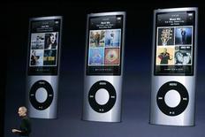 <p>Em foto de arquivo, Steve Jobs apresenta o iPod Nano. A unidade da Apple no Japão vai substituir qualquer iPod nano que apresentar superaquecimento, afirmou a companhia em um comunicado, melhorando uma oferta anterior para troca apenas de baterias defeituosas.09/09/2009.REUTERS/Robert Galbraith/Files</p>