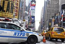 <p>Таймс-сквер в Нью-Йорке 3 мая 2010 года. Недовольство американцев состоянием экономики растет, и этот фактор может негативно повлиять на результаты обеих партий на промежуточных выборах в Конгресс 2 ноября, показывают итоги опроса, проведенного телеканалом NBC News и газетой Wall Street Journal. REUTERS/Shannon Stapleton</p>