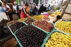 <p>A Palestinian buys olives at a market in Gaza City August 9, 2010, as he prepares for the holy month of Ramadan. REUTERS/Mohammed Salem</p>