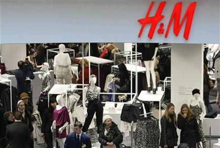 People shop in the newly opened Hennes & Mauritz (H&M) store in Moscow, March 13, 2009. REUTERS/Denis Sinyakov