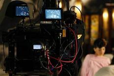"""<p>Две камеры используются во время съемок порнофильма """"3D Sex and Zen"""" в Гонконге 13 августа 2010 года. Порнорежиссер Кристофер Сан обратился к нестандартному для такой видеопродукции формату 3-D, чтобы попробовать спасти индустрию, пострадавшую от бесплатного распространения фильмов в интернете. REUTERS/Bobby Yip</p>"""