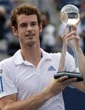 <p>Andy Murray com troféu depois de derrotar Roger Federer na final do Masters de Toronto. 15/08/2010 REUTERS/Mike Cassese</p>