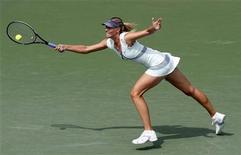<p>Мария Шарапова отбивает удар Ким Клийстерс на турнире в Цинциннати 15 августа 2010 года. Российская теннисистка Мария Шарапова не примет участие в турнире в Монреале из-за повреждения ноги, сообщила спортсменка на своем сайте (www.mariasharapova.com) в понедельник. REUTERS/John Sommers II</p>