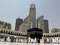 <p>Мусульмане молятся в мечети Аль-Масджид аль-Харам в Мекке 12 августа 2010 года. Популярный саудовский телесериал навлек на себя недовольство консервативных исламских клериков за эпизод, показывающий в позитивном свете арабских христиан. REUTERS/Hassan Ali</p>