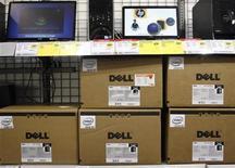 <p>Foto de archivo de un grupo de ordenadores de la compañía Dell en una tienda de la minorista Best Buy en Phoenix, EEUU, feb 18 2010. Dell dijo el lunes que planea comprar la compañía de almacenamiento 3PAR en 1.150 millones de dólares en efectivo para competir con otras empresas de servicios informáticos como IBM. REUTERS/Joshua Lott</p>