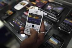 <p>L'Inde a officiellement demandé à plusieurs opérateurs de téléphonie mobile de garantir d'ici au 31 août la mise en place d'un système de contrôle des services offerts par les smartphones. /Photo prise le 12 août 2010/REUTERS/Rupak De Chowdhuri</p>