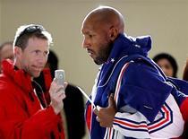 <p>Игрок сборной Франции Николя Анелька (справа) в аэропорту Полокване 16 июня 2010 года. Уехавший с чемпионата мира со скандалом француз Николя Анелька был дисквалифицирован на 18 игр национальной команды Федерацией футбола Франции (FFF), сообщила организация во вторник. REUTERS/Charles Platiau</p>