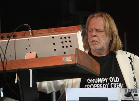 Rock keyboard virtuoso Rick Wakeman plays at Fairport's Cropredy Convention in Oxfordshire August 14, 2010. REUTERS/Jeremy Gaunt