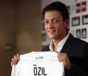 <p>Novo integrante do Real Madrid, o meio-campista da Alemanha Mesut Ozil em cerimônia de apresentação. 18/08/2010 REUTERS/Sergio Perez</p>