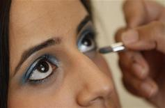 <p>Halal certified makeup is applied to Sabah Zaib in Birmingham, central England, July 28, 2010. REUTERS/Darren Staples</p>