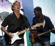 <p>Foto de archivo del guitarrista rock Eric Clapton durante una presentación en el Albert Hall de Londres, mayo 16 2009. Clapton lanzará un nuevo disco solista luego de cinco años el 28 de septiembre, informó el miércoles su sello Reprise Records. REUTERS/Luke MacGregor</p>