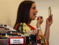 """<p>Сабах Заиб красится соответствующей законам халяля косметикой, Бирмингем 28 июля 2010 года. Когда мусульманка Самина Ахтер с удивлением обнаружила, что в любимой косметике содержатся запрещенные Кораном ингредиенты, она решила наладить выпуск """"правильных средств"""". REUTERS/Darren Staples</p>"""