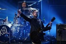 <p>Imagen de archivo de la banda Kings of Leon presentándose en la ceremonia de los Premios MTV, en Los Angeles. Mayo 31 2009. REUTERS/Mario Anzuoni /ARCHIVO</p>