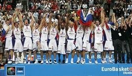<p>Сборная России по баскетболу радуется победе на чемпионате Европы в Мадриде 16 сентября 2007 года. В ходе отборочного этапа чемпионата мира по баскетболу, который пройдет в Турции с 28 августа по 12 сентября, сборная России сыграет пять матчей в составе группы C. REUTERS/Ivan Milutinovic</p>