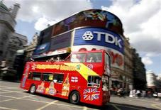 <p>A sightseeing bus passes through London's Piccadilly Circus July 18, 2007. REUTERS/Alessia Pierdomenico</p>