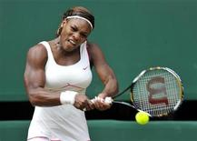 <p>Serena Williams hits a return to Vera Zvonareva of Russia during the womens' singles final at the 2010 Wimbledon tennis championships in London, July 3, 2010. REUTERS/Toby Melville</p>