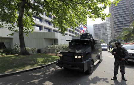 An armoured police vehicle leave the Intercontinental Hotel in Rio de Janeiro August 21, 2010, after a group of suspected drug dealers took people hostage in the hotel. REUTERS/Bruno Domingos