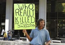 <p>William Keith, a fan of the late entertainer Michael Jackson holds a sign outside a court hearing in Los Angeles August 23, 2010, which was to set a date for Dr. Conrad Murray's hearing to determine if there is enough evidence to require Murray to stand trial on an involuntary manslaughter charge in pop singer Michael Jackson's June 2009 death. REUTERS/Fred Prouser</p>