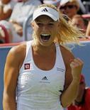 <p>Каролин Возняцки радуется победе в финале теннисного турнира Montreal Cup, 23 августа 2010 года. Второй номер мирового рейтинга WTA Каролин Возняцки переиграла Веру Звонареву в финале теннисного турнира Montreal Cup, часть матчей которого была перенесена из-за дождя. REUTERS/Shaun Best</p>