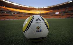 """<p>Футбольный мяч Джабулани лежит на поле на стадионе в Йоханнесбурге, 8 июня 2010 года. """"Манчестер Сити"""" одержал убедительную победу над """"Ливерпулем"""" со счетом 3-0 во втором туре чемпионата Англии по футболу. REUTERS/Kai Pfaffenbach</p>"""