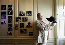 <p>Martin Wyatt, Deputy Director of the Handel House Museum poses for photographers with a hat which belonged to Jimi Hendrix, during an exhibition to mark the 40th anniversary of his death, held in the flat the musician shared with his girlfriend Kathy Etchingham in London August 24, 2010. REUTERS/Paul Hackett</p>