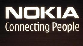 <p>Foto de archivo del logo de la compañía Nokia en su sede de Helsinki, jul 9 2008. Nokia y el fabricante de chips Intel dijeron el martes que la fusión de sus plataformas de software, considerada crucial para que el mayor fabricante de teléfonos móviles del mundo mejore su posición en el mercado, ha tenido un comienzo sólido. REUTERS/Bob Strong</p>