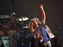 <p>Eddie Vedder of Pearl Jam throws the microphone during a performance in Los Angeles in this July 12, 2008 file photo. REUTERS/Mario Anzuoni</p>