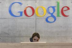 <p>Google a annoncé mercredi que les utilisateurs de la messagerie électronique Gmail auraient désormais la possibilité de passer et de recevoir des appels téléphoniques. /Photo d'archives/REUTERS/Christian Hartmann</p>