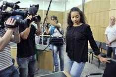 <p>La cantante alemana Nadja Benaissa llegando al anuncio del veredicto de su juicio en la corte de Darmstadt, Alemania. Ago 26 2010 Alemania (Reuters) - Una cantante pop alemana que confesó haber expuesto conscientemente a dos hombres al riesgo de contraer el VIH tras descubrir que tenía el virus fue condenada el jueves por un tribunal por graves daños corporales. REUTERS/Boris Roessler/Pool</p>