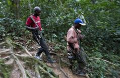 <p>Fighters from the FDLR rebel group, which is being hunted by the Rwandan and Congolese army, move through the forest deep in the bush of eastern Congo, February 6, 2009. REUTERS/Finbarr O'Reilly</p>