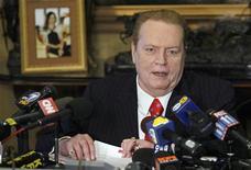 <p>Король порноиндустрии Ларри Флинт на пресс-конференции в Беверли-Хилз 11 июля 2007 года. Фонд борьбы со СПИДом (AHF) подал жалобу на короля порноиндустрии Ларри Флинта, после того как при просмотре 100 его картин было замечено, что только в одной из них участники использовали презервативы. REUTERS/Gus Ruelas</p>