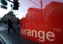 <p>Selon La Tribune, Orange et Canal+ pourraient finaliser d'ici fin septembre la fusion des chaînes cinéma de l'opérateur télécoms et de TPS Star pour donner naissance à un seul bouquet sous la marque Orange mais piloté par Canal+. /Photo d'archives/REUTERS/Denis Balibouse</p>