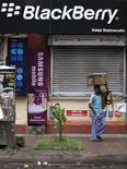 <p>A Calcutta, en Inde. Selon une source gouvernementale indienne, le pays pourrait repousser l'ultimatum imposé à Research in Motion pour obtenir l'accès aux données cryptées du Blackberry si le groupe canadien propose une solution et demande du temps. /Photo prise le 12 août 2010/REUTERS/Rupak De Chowdhuri</p>