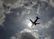 """<p>Les quelque 275 passagers d'un vol de British Airways reliant Londres à HongKong ont eu une grosse frayeur lorsque l'équipage a diffusé le message suivant :""""Nous sommes sur le point de nous abîmer en mer !"""". La compagnie a dû présenter ses excuses après avoir prestement reconnu que le message, pré-enregistré, avait été diffusé par erreur. /Photo d'archives/REUTERS/Luke MacGregor</p>"""