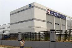 <p>Une usine Foxconn, en Chine, où sont assemblés notamment des produits commandés par Apple. Deux heures de monologue pour convaincre le patron d'Apple, Steve Jobs, d'améliorer les conditions de travail dans les usines chinoises: tel est le défi que s'est lancé le dramaturge américain Mike Daisey qui se présente lui-même comme le premier fan de la marque à la pomme. /Photo prise le 3 août 2010/REUTERS/Jason Lee</p>