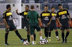 <p>Jogadores da seleção brasileira e o técnico Mano Menezes durante treino em Nova Jersey no início de agosto.Brasil fará jogo-treino contra Barcelona B em 7 de setembro.REUTERS/Mike Segar</p>