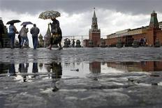 <p>Люди идут под зонтиками по Красной площади в Москве, 30 июня 2008 года. Москву ждет холодная рабочая неделя с температурой ниже плюс 20 градусов и постоянными дождями, прогнозируют синоптики. REUTERS/Denis Sinyakov</p>