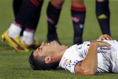 <p>Cristiano Ronaldo do Real Madrid deita no gramado durante jogo contra o Real Mallorca, na Espanha. O atacante ficará fora de campo por três semanas após ter sofrido uma lesão no tornozelo direito. 29/08/2010 REUTERS/Enrique Calvo</p>