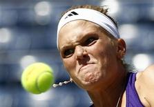 <p>Melanie Oudin eyes a return to Olga Savchuk of Ukraine during the U.S. Open tennis tournament in New York, August 30, 2010. REUTERS/Kevin Lamarque</p>