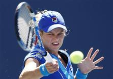 <p>Kim Clijsters of Belgium hits a return to Greta Arn of Hungary during the U.S. Open in New York August 30, 2010. REUTERS/Kevin Lamarque</p>