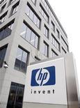 <p>Foto de archivo de logo de HP a la salida de la casa matriz de Hewlett-Packard en Diegem, Bélgica, ene 12 2010. Hewlett-Packard dijo el lunes que su directorio aprobó una recompra adicional de acciones por 10.000 millones de dólares, para impulsar la confianza de los inversores en medio de una guerra de ofertas por la empresa de almacenamiento de datos 3PAR Inc. REUTERS/Thierry Roge</p>