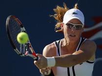 <p>Samantha Stosur of Australia hits a return to Elena Vesnina of Russia during the U.S. Open tennis tournament in New York August 30, 2010. REUTERS/Eduardo Munoz</p>