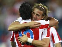 <p>Diego Forlán, do Atlético de Madrid, comemora com Kun Aguero seu gol contra o Sporting Gijón em partida pelo Campeonato Espanhol em Madri, 30 de agosto de 2010. REUTERS/Andrea Comas</p>
