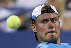 <p>Lleyton Hewitt of Australia makes a return against Paul-Henri Mathieu of France during the U.S. Open tennis tournament in New York August 30, 2010. REUTERS/Eduardo Munoz</p>