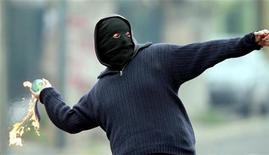 """<p>Мужчина в маске бросает бутылку с зажигательной смесью, Сантьяго, 6 сентября 2006 года. Неизвестные забросили в понедельник вечером на территорию посольства России в Минске две бутылки с зажигательной смесью. Инцидент, названный белорусской стороной """"хулиганской выходкой"""", не повлек жертв, но вызвал гневную реакцию российского МИДа на фоне напряженных отношений двух стран. REUTERS/Ivan Alvarado</p>"""